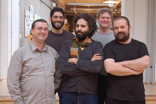 Foto del equipo creador de Arduino en 2008. Por orden, izquierda-derecha: (arriba) Dave Mellis y Tom Igoe, (abajo), Gianluca Martino, David Cuartielles y Massimo Banzi | vía Wikipedia, Arduino debe su nombre a un bar de Ivrea.